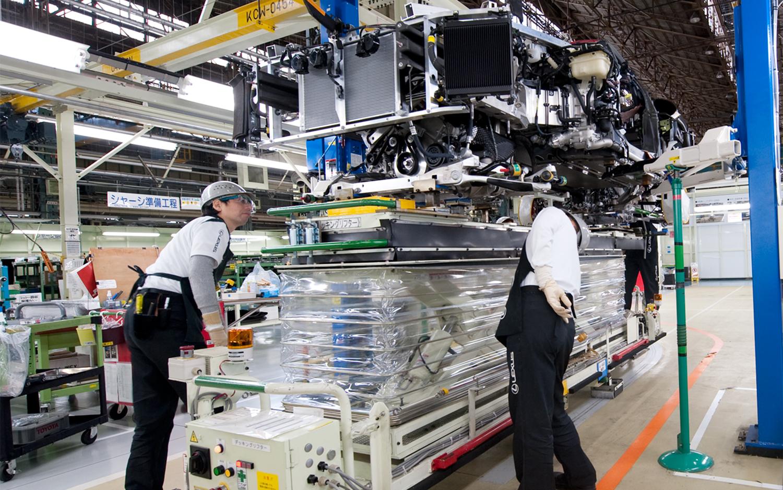 Inside-Lexus-LFA-Works-factory-workers